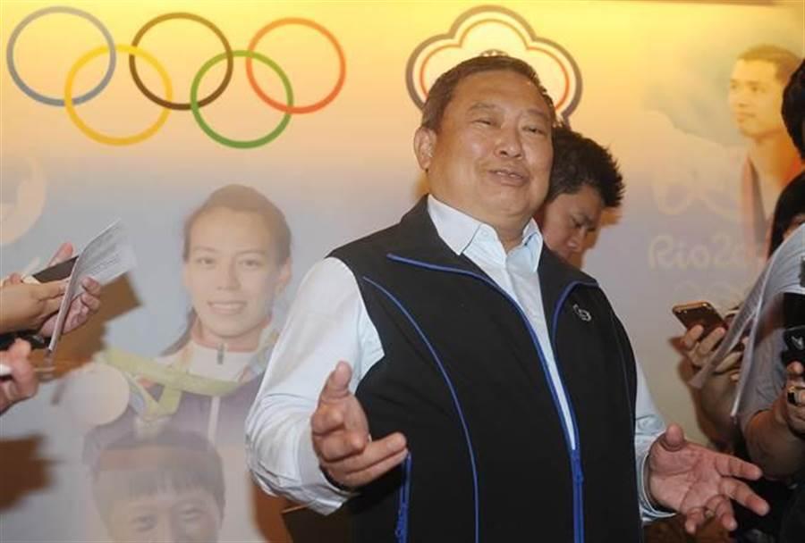 中華奧會主席林鴻道6日針對東京奧運正名公投案舉辦記者會,他再度重申尊重國際奧會立場,他表示IOC在5月已來函強調正名公投並未獲得認可,且執意公投有停權可能性,中華奧會只能盡可能和IOC溝通,不讓國際奧會做出停權決議。(季志翔攝)