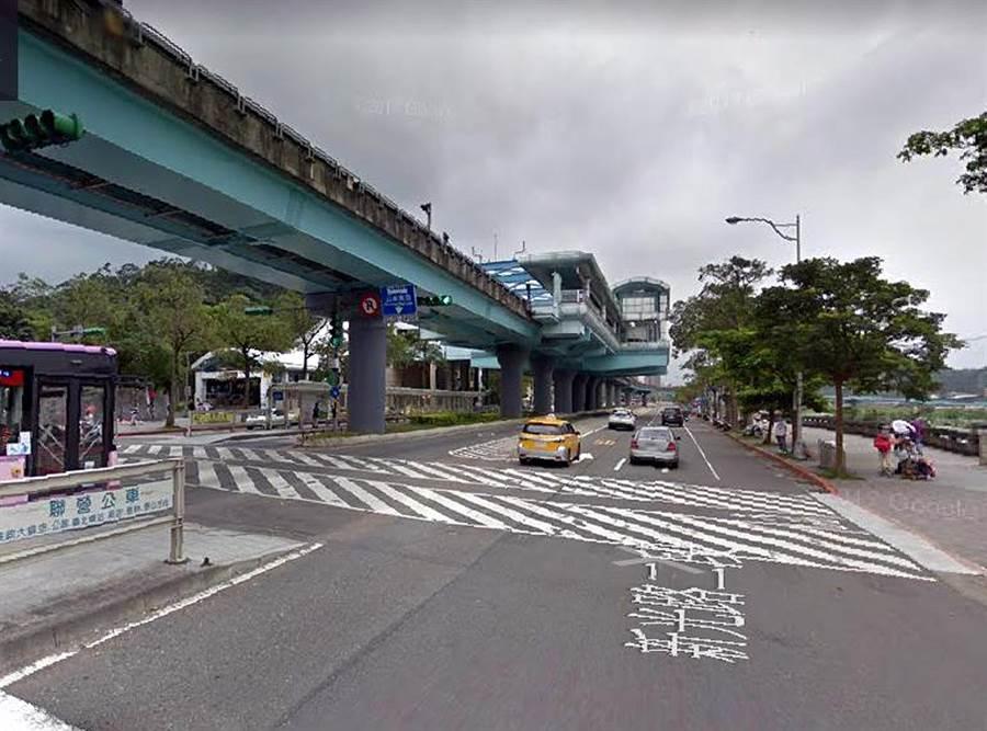 引發爭議的台北市立動物園門口的新光路行人穿越道。(引自Google Map)