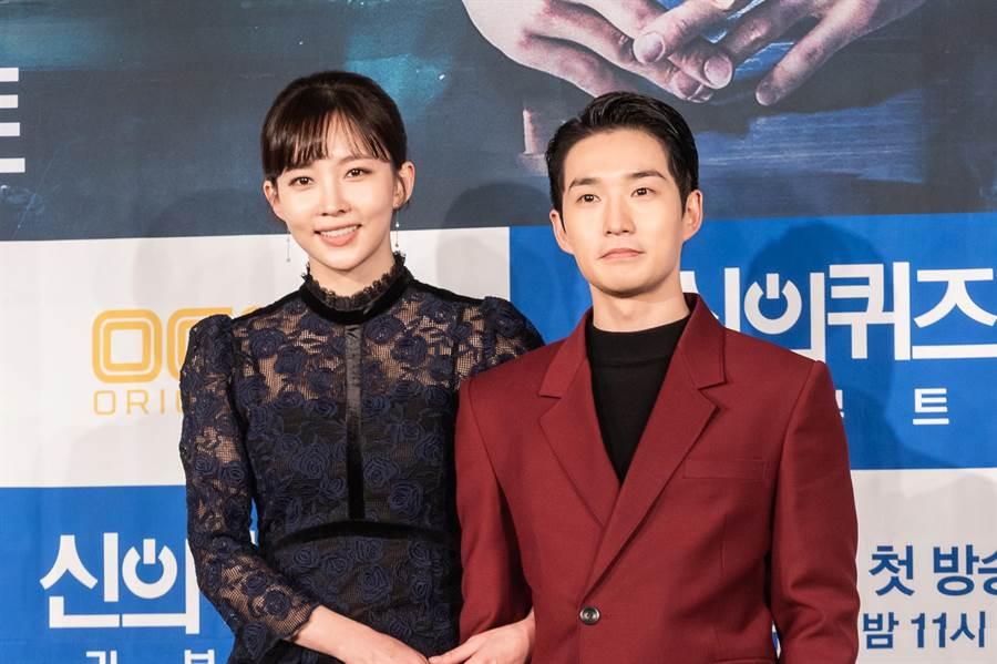 尹周熙(左)与柳德焕《神的测验:重启》演出好默契。(KKTV提供)