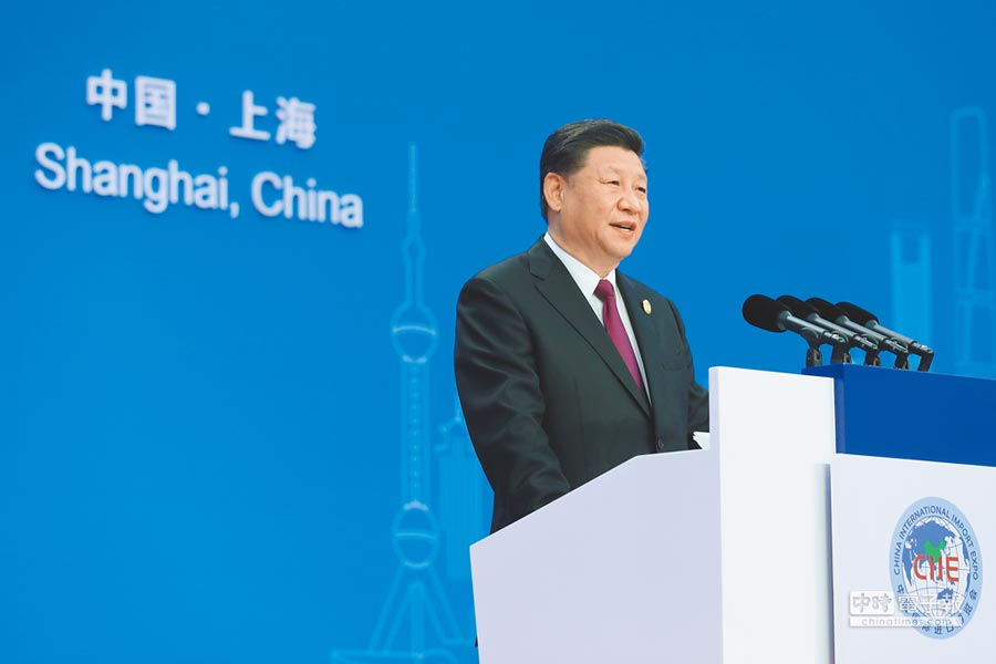首屆「中國國際進口博覽會」昨在上海登場。大陸國家主席習近平昨宣示開放大陸市場的相關政策舉措,被外界解讀成是為反制川普政府的貿易保護主義。(法新社)