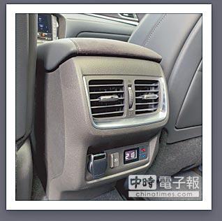 後座空調可調整,並有傳統及USB充電。(陳大任攝)