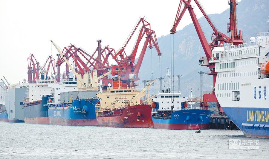 大陸將降關稅擴進口,圖為數艘貨輪5日在江蘇連雲港碼頭裝卸貨物。(新華社)