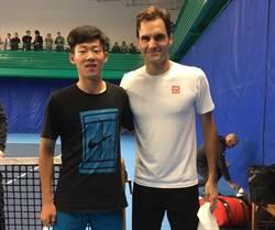 網球》和費天王練球 青少年球王曾俊欣很享受