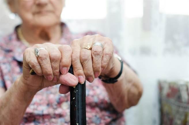 北市一名老婦人決定將積蓄贈與好朋友,而非留給媳孫。(達志影像/shutterstock提供)
