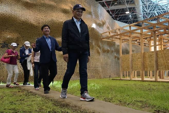 「水牛伯」游錫堃(右一)、台中市長林佳龍(右二)參訪台中花博樂農館,一前一後走過田埂。(王文吉攝)