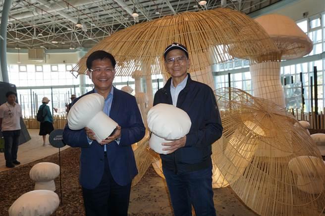 前行政院長游錫堃(右)與台中市長林佳龍(左)在蘑菇造景前合影。(王文吉攝)