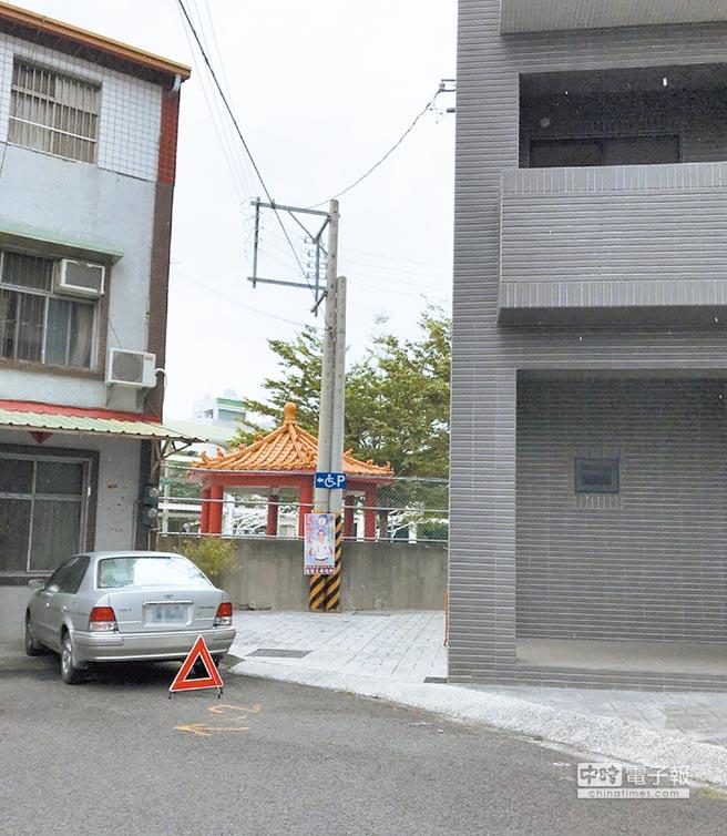 田中鎮劉姓鎮民不滿私人土地立了2根電桿,請求台電儘速遷移。(劉姓鎮民提供)