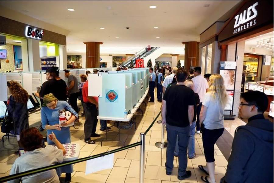 這次美國期中選舉,選民投票十分踴躍,圖為內華達州拉斯維加斯選民6日在購物中心投票所投票的畫面。(路透)