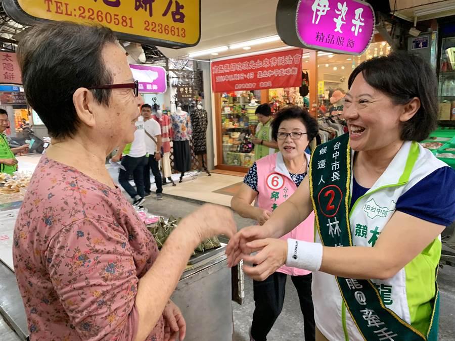 台中市長林佳龍的妻子廖婉如(右一)7日在民進黨市議員邱素貞(右二)等人的陪同下,前往南區公有第三市場掃街拜票。(馮惠宜攝)
