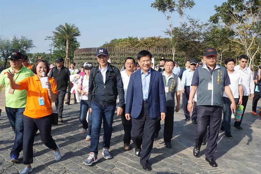 前行政院長游錫堃(前排左二)在台中市長林佳龍(右二)陪同下,前往台中花博外埔園區參訪。(王文吉攝)
