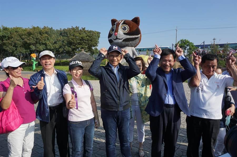 「水牛伯」游錫堃(左四)在石虎地景藝術前合影,與台中市長林佳龍(右二)一同比出「萌牛」可愛姿勢。(王文吉攝)