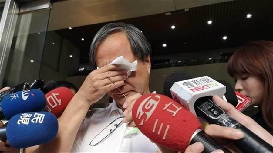 國民黨台北市長候選人丁守中質疑小野「綠營影視門神」,小野下午出面受訪,情緒數度激動痛哭。(圖/張潼攝)