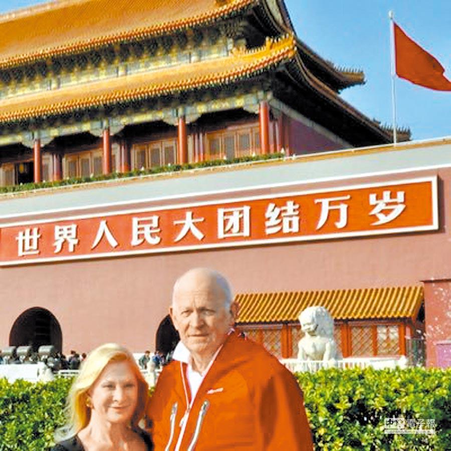 被美國總統川普推崇為權威中國專家的白邦瑞(Michael Pillsbury,右),其推特大頭貼,是他與夫人同遊北京天安門廣場的照片。(摘自Michael Pillsbury 推特)