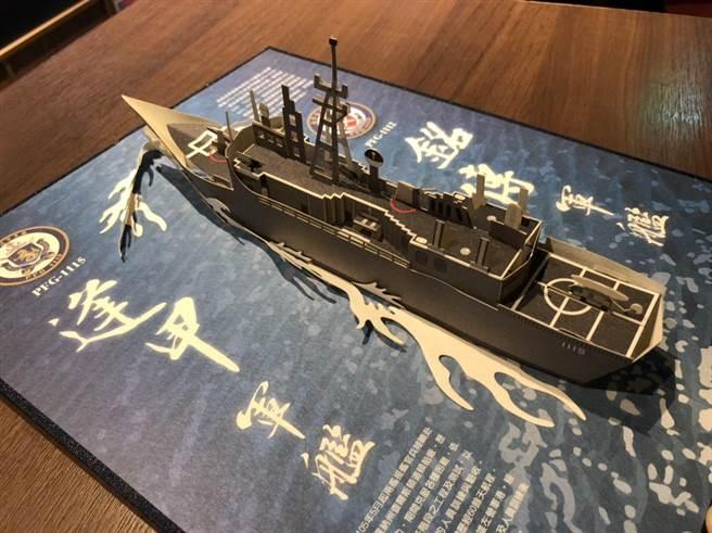 海軍推超精緻「軍艦立體紙雕書」。(楊佳穎攝)