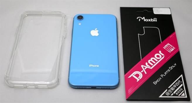 iPhone XR與Moxbii透明保護殼(左)以及可替換的霧面背蓋。(圖/黃慧雯攝)