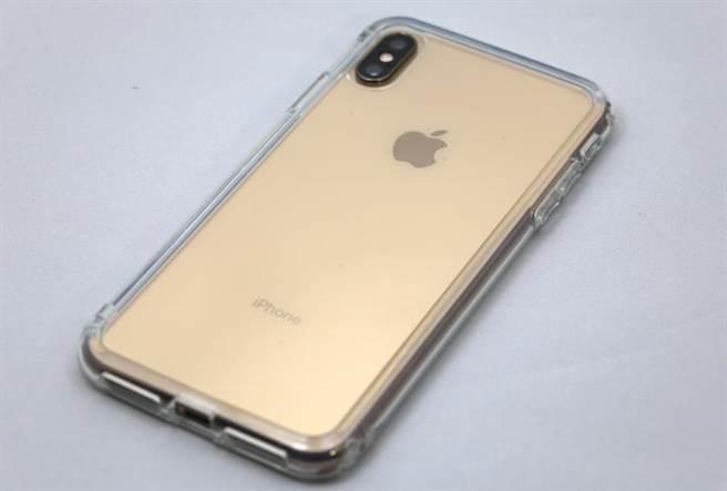 iPhone XS Max安裝Moxbii透明保護殼後的樣子。(圖/黃慧雯攝)