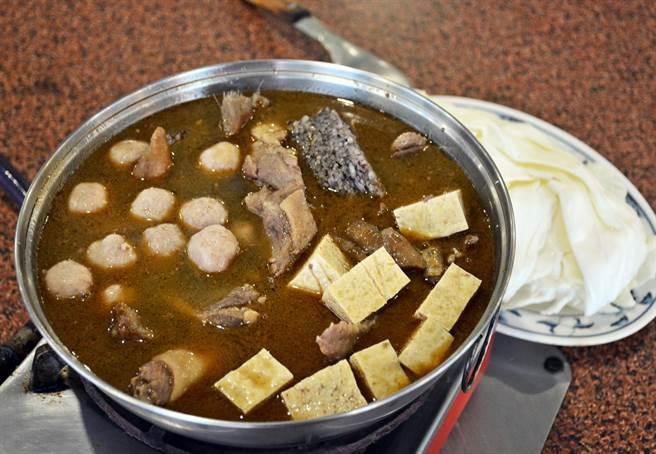 嚴選紅面番鴨及老薑熬煮的薑母鴨,是不少饕客指名品嘗的美味。(林和生攝)