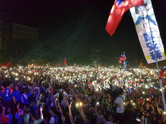 韓國瑜晚間在旗山造勢,在場民眾紛紛拿出手機響應。(韓國瑜總部提供)