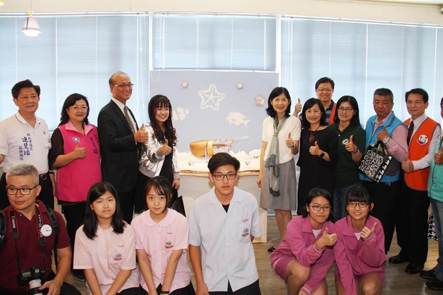 新北教育最重要的競爭力就在創新與科技,今(8)日福和國中Fuhe D.School揭牌。(葉書宏翻攝)