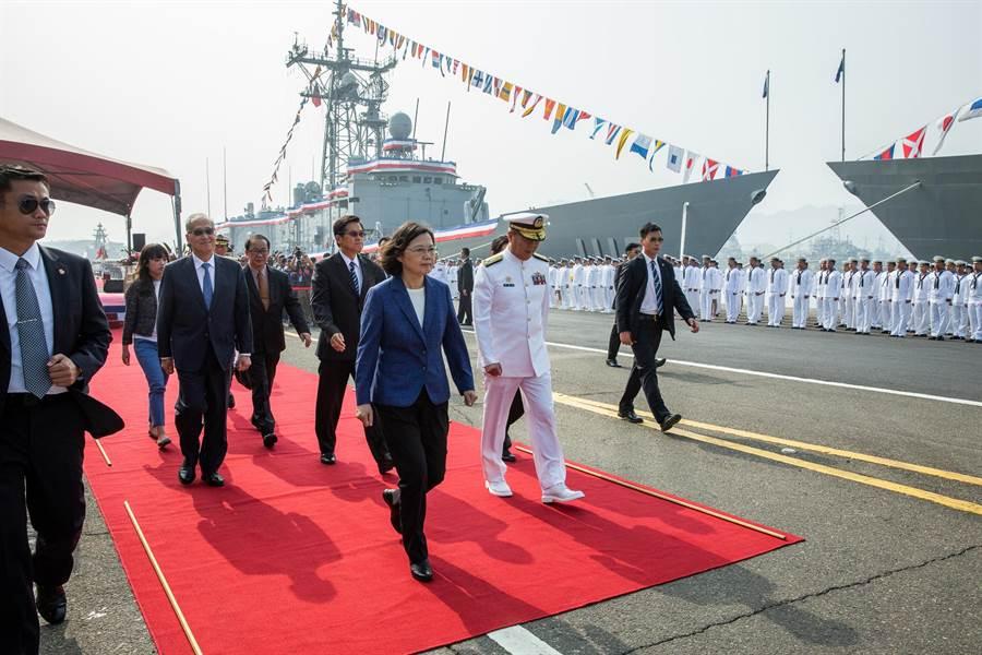 總統蔡英文前往海軍左營基地視導「海軍銘傳、逢甲軍艦成軍典禮」。(總統府提供)