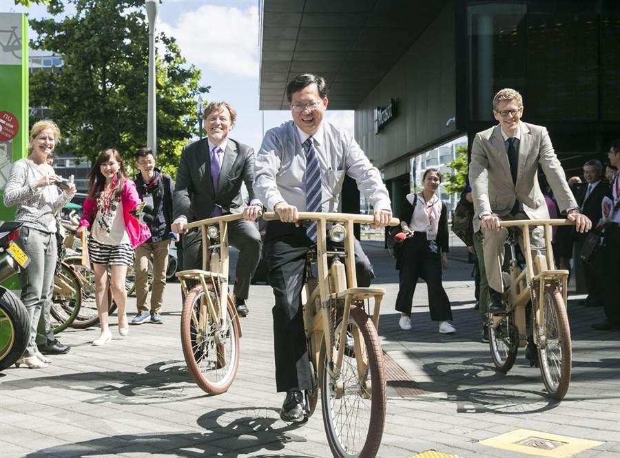 市長鄭文燦(中)2016參訪史基浦區域發展公司騎乘自行車。(甘嘉雯翻攝)