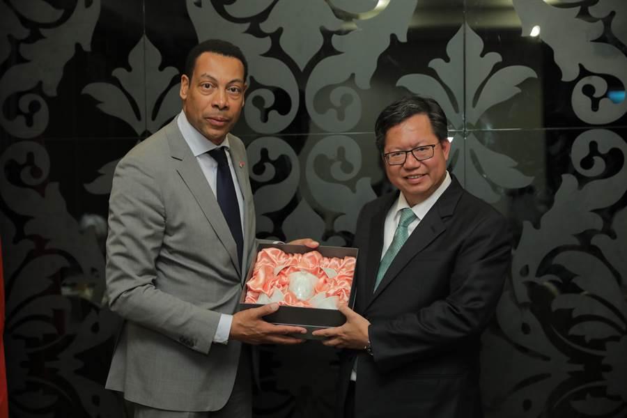 鄭文燦市長致贈禮品給韋溫德市長。(甘嘉雯翻攝)