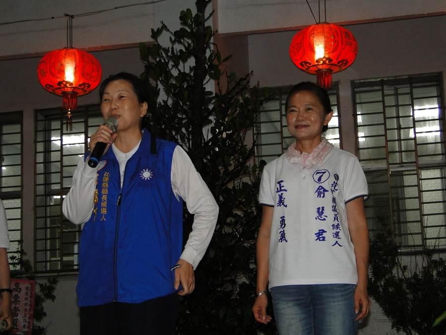 花蓮縣長候選人徐榛蔚(左)闡述花蓮石藝之美。(范振和攝)