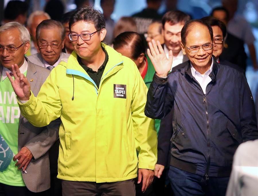 「台北市旅北同鄉會後援會」成立大會8日舉行,民進黨台北市長候選人姚文智(左)在前行政院長游錫堃(右)陪同下走進會場。(范揚光攝)