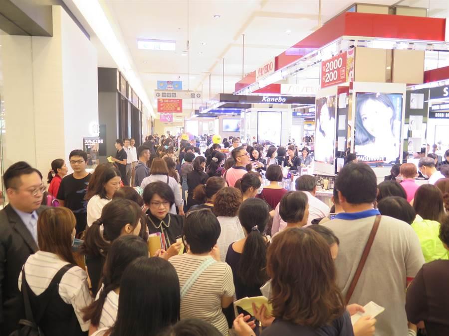 新光三越台南新天地化妝品區今湧現人潮。(新光三越提供)