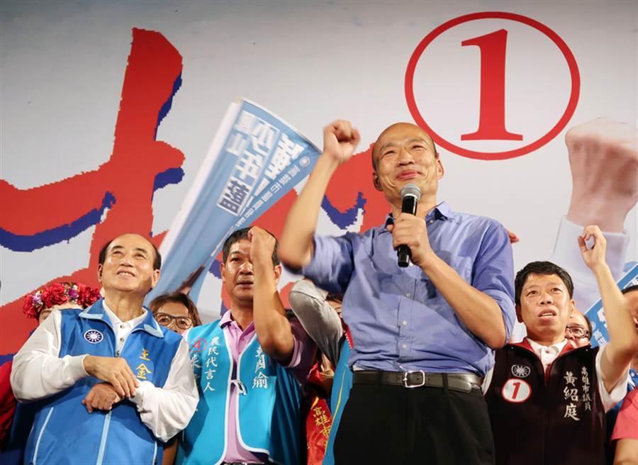 國民黨高雄市長候選人韓國瑜(前右)8日在旗山區舉行大型造勢晚會。(中央社)