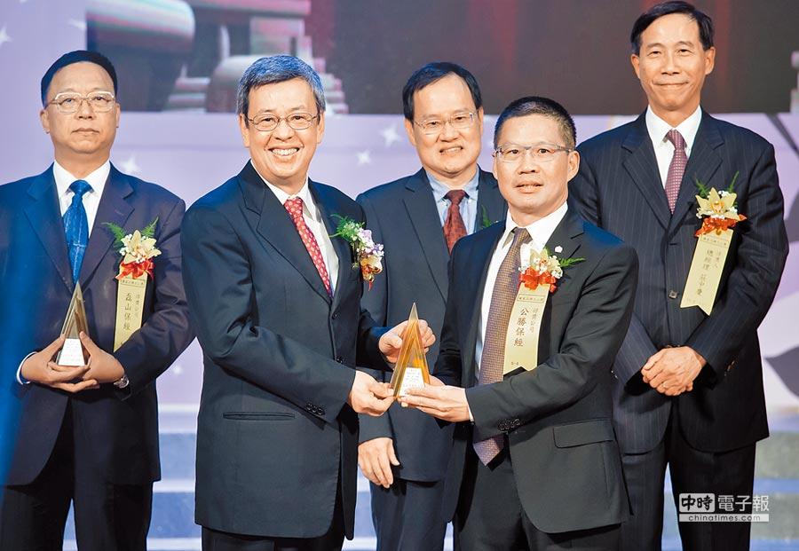 副總統陳建仁(前排左)頒贈國家品牌玉山獎獎牌,由公勝保經北區業務副總經理陳德成(前排右)代表接受。圖/業者提供