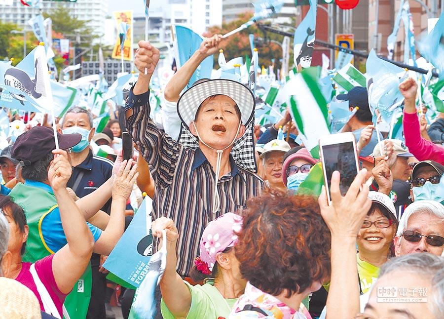 10月20日,獨派的喜樂島聯盟在民進黨中央黨部外舉行「全民公投反併吞」活動,台下群眾熱情揮動旗幟。(本報系資料照片)