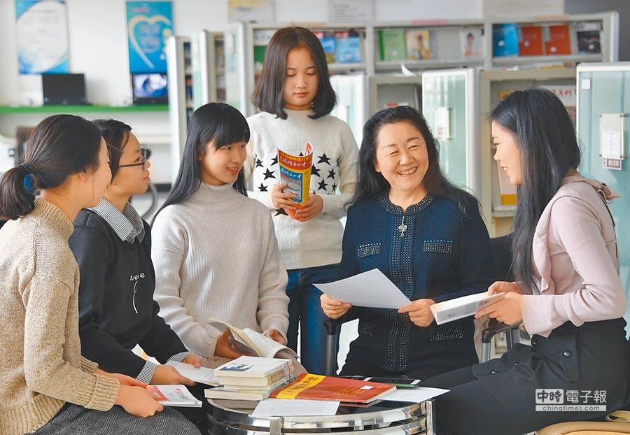 大陸不少大學開設晨讀社團,更邀請成功人士演講,吸引學生積極報名。圖為示意圖。(新華社資料照片)
