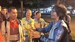 北市》不滿取消敬老金  市府顧問蔡壁如陪掃街遭長者圍剿