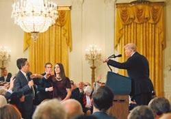 川普嗆記者、搶麥 吊銷採訪證