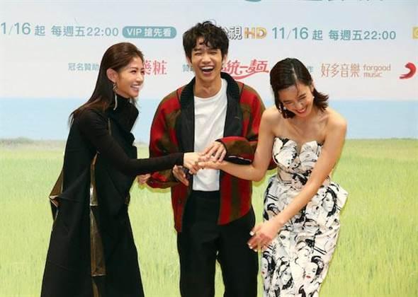 陳庭妮(右起)、劉以豪、李千娜笑開了。(粘耿豪攝)