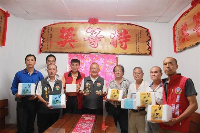 苗栗縣長徐耀昌(右五)為蟹農加油打氣,並對本土養殖的品質予以肯定。(何冠嫻攝)