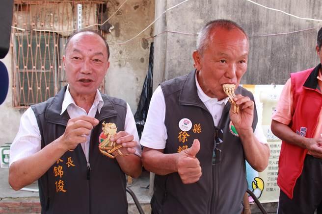 苗栗縣長徐耀昌(右)與農業處長陳錦俊(左)試吃苗栗大閘蟹,為在地養殖的品質掛保證。(何冠嫻攝)