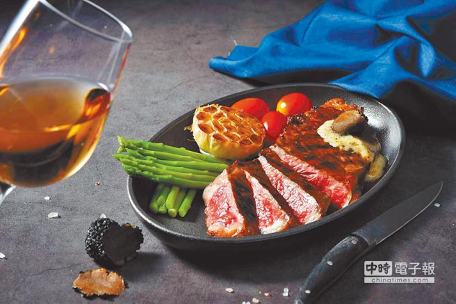 選用珍貴的USDA Prime牛排料理成的「溼式熟成黑松露紐約客牛排」。(王品牛排提供)