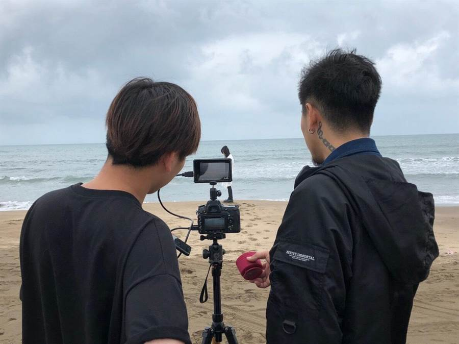 麋先生自導自演拍MV。(相知提供)