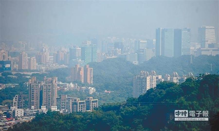 台灣地區8日受到偏東風影響,空氣品質擴散條件較差,是今年入秋以來紅害測站最多最嚴重的一天,台北地區雖然有陽光照射,但遠看仍是一片灰濛濛。(季志翔攝)