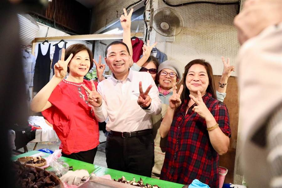 國民黨新北市長候選人侯友宜今(9日)上午前往永和區永安市場掃街拜票。(葉書宏翻攝)