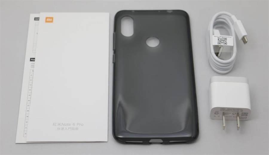 紅米Note 6 Pro與內附配件(沒有附耳機)。(圖/黃慧雯攝)