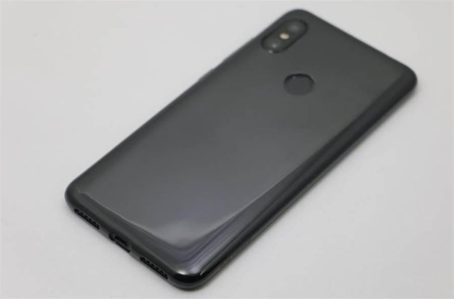 紅米Note 6 Pro裝上內附保護殼。(圖/黃慧雯攝)
