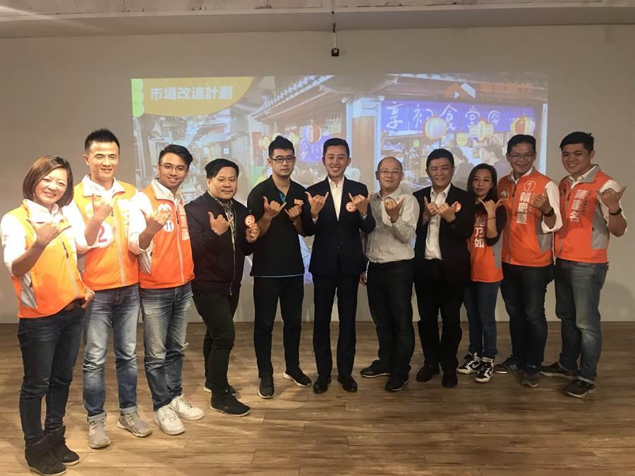 新竹市長候選人林智堅(中)9日端出「明日新竹─市場改造計畫」政策,將持續活化竹市半數公有市場,讓傳統菜市場更舒服友善便利。(陳育賢攝)