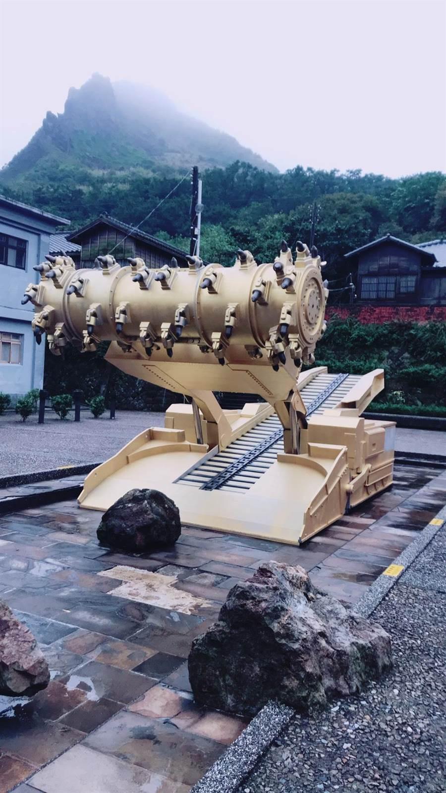 《礦•事•紀》特展作品之一〈金雞〉,以工業大國使用的大型採礦機做為模型。(黃金博物館提供)