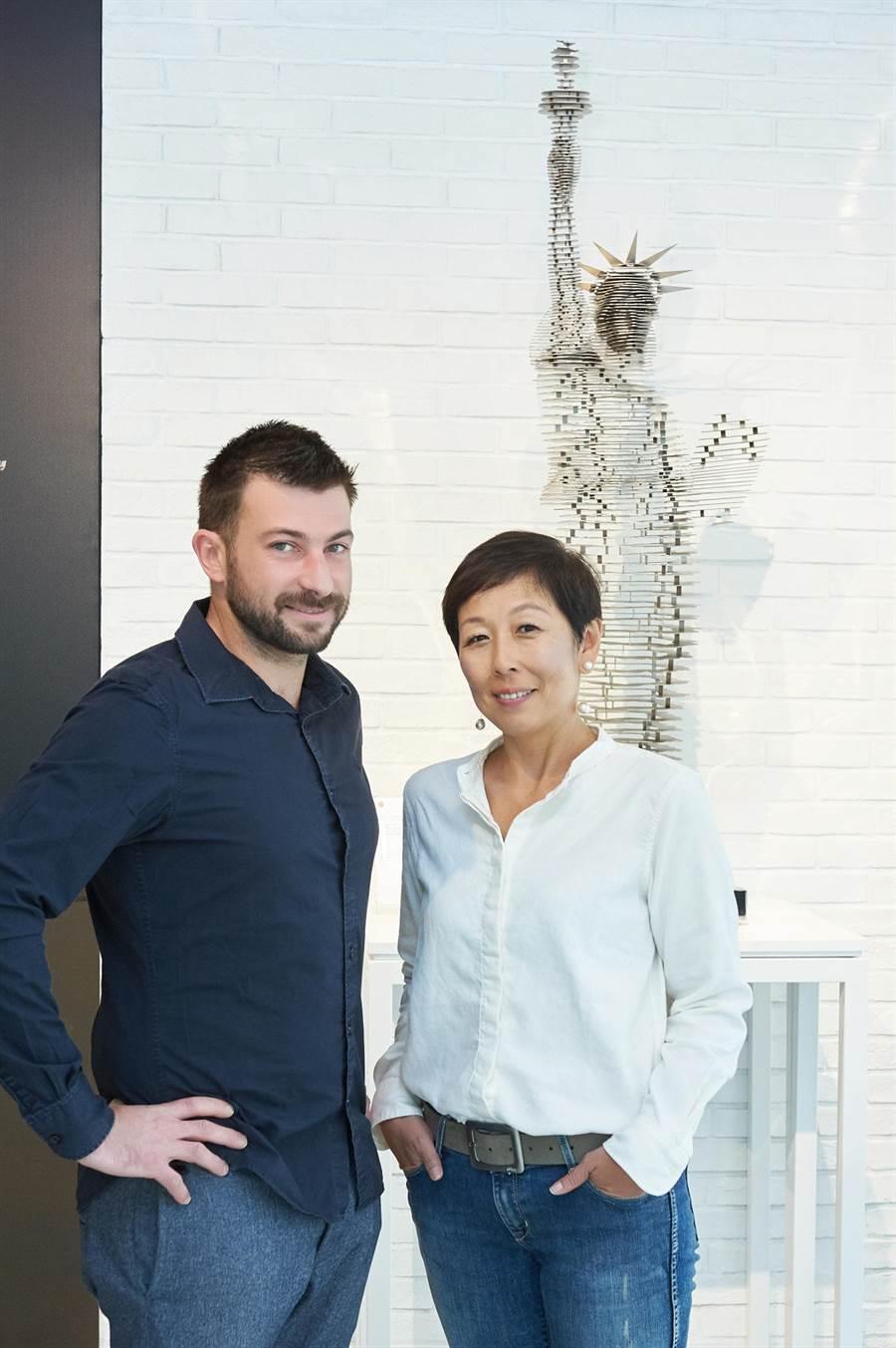 法國雕塑大師 Antoine Dufilho(左)與葳鑠總經理沈曉慧/圖/葳鑠提供