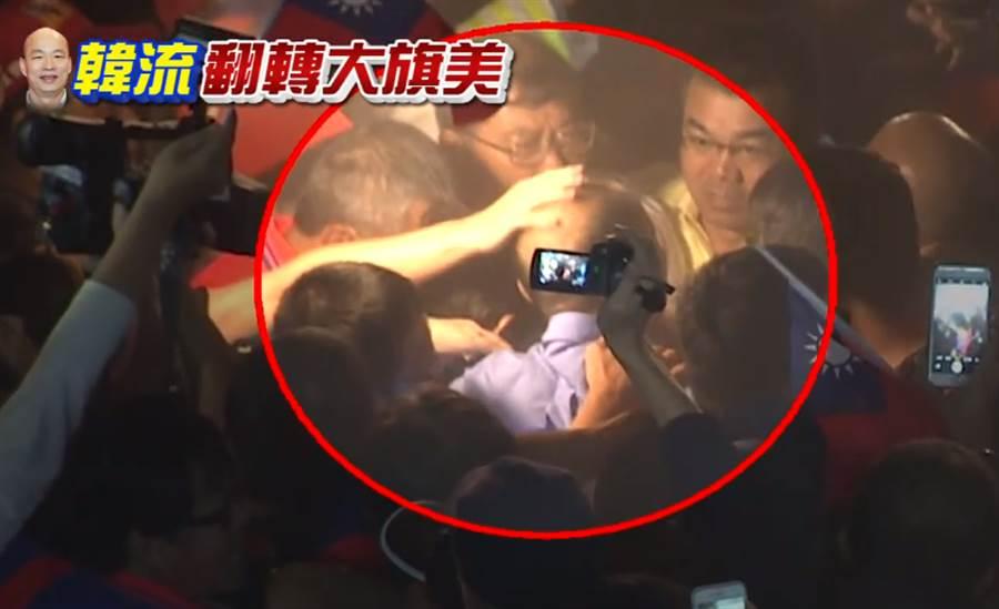 韓國瑜在彰化曾被熱情民眾摸頭。(圖/中天新聞)