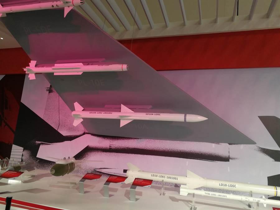 珠海航展中展示航空工業集團的各型空對空導彈,由上往下第二枚導彈就是霹靂10E。(圖/環球網)