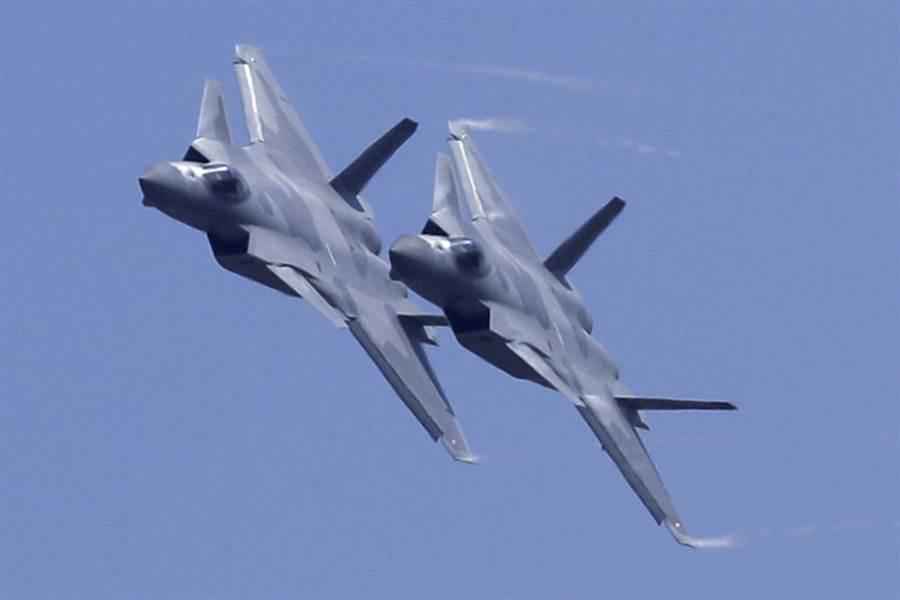 在珠海航展進行展示飛行的中共空軍殲-20隱身戰機,可能配備霹歷-10E導彈。(圖/美聯社)